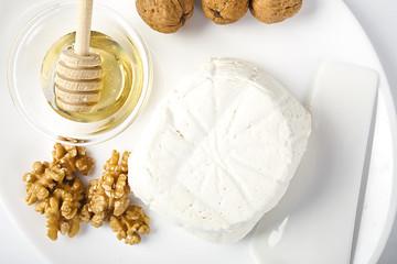 Ricotta fresca di bufala italiana con noci e miele