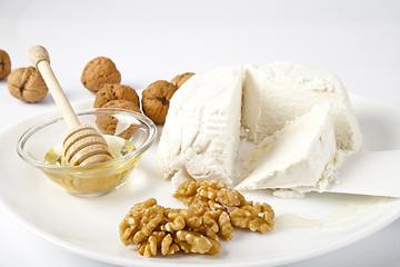Gustosa ricotta fresca italiana con noci e miele