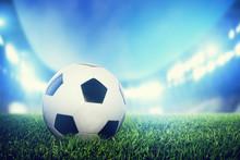Piłka nożna, mecz piłki nożnej. Skóra piłki na trawie na stadionie