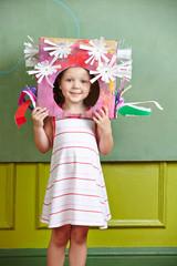 Kind mit selbstgebastelter Verkleidung