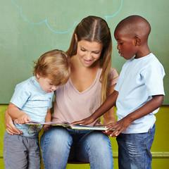 Kinder und Erzieher lesen in Vorschule