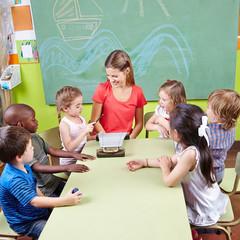 Kinder in Musikschule mit Glockenspiel