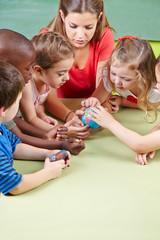 Kinder lernen Erdkunde im Kindergarten