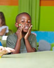Kind macht Quatsch mit Knete