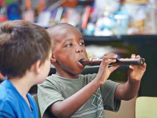 Kind spielt Flöte in Musikschule