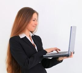 Junge Unternehmerin freut sich über eine Email