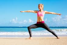 Athletic Fitness femme marche sur la plage