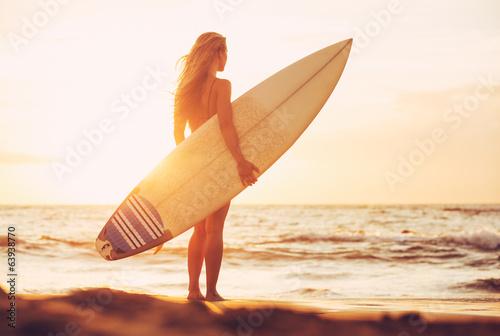 surfingowiec-dziewczyna-na-plazy-przy-zmierzchem
