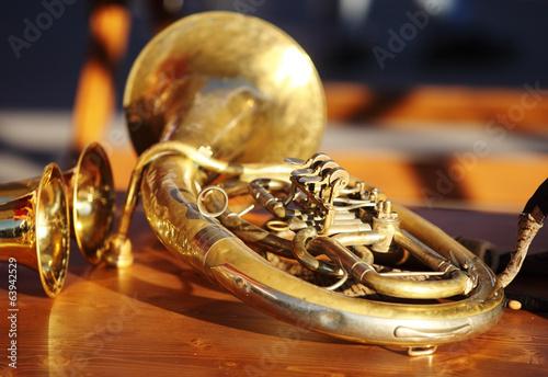 Staande foto Muziekwinkel Blowing brass instrument on table