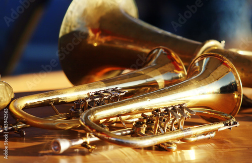 Staande foto Muziekwinkel Blowing brass wind instrument on table