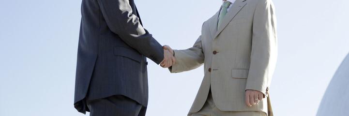 Manos de hombres de negocios cerrando trato