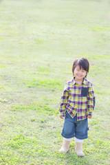 草原に立っている子供