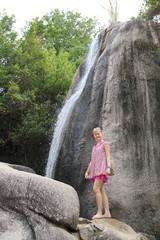 девушка у водопада