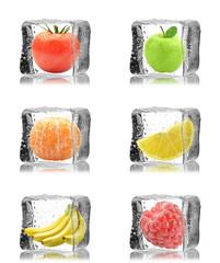 Owoce z pomidorem w kostkach lodu