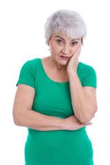 Ältere Frau isoliert blickt ernst darein