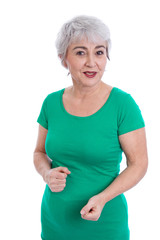 Glückliche ältere Frau freigestellt - sommerlich in Grün