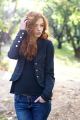 Девушка в осеннем парке