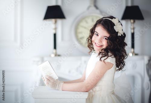 Niña con biblia comunión - 63964931