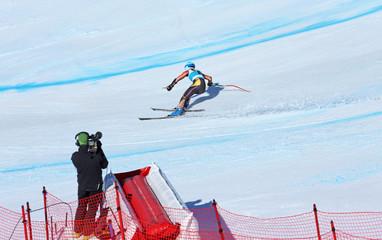 Kameramann filmt Skirennfahrerin