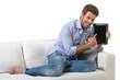 Uomo casual su divano con tablet