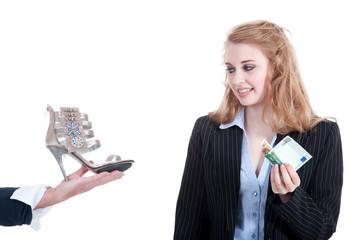 Frau kauft Schuhe und zahlt bei Lieferung