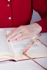 Seniorin beim Lesen
