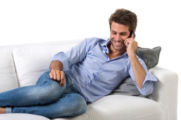 Uomo casual al cellulare su divano
