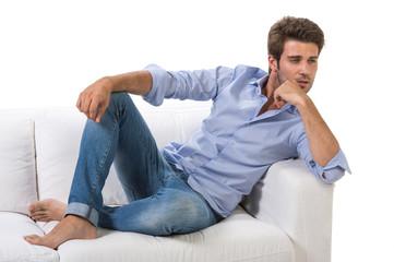 Uomo casual pensieroso su divano