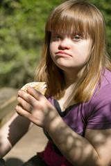 jeune fille trisomique avec un sandwich
