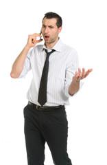 Giovane uomo che parla al telefono