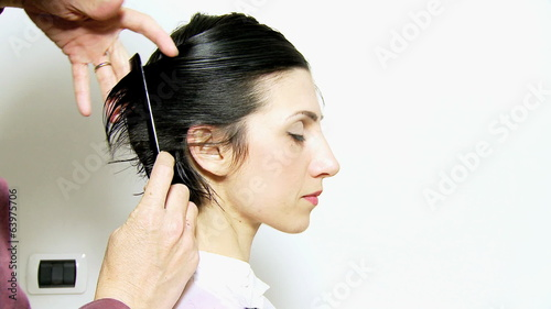 Cutting woman hair with razor
