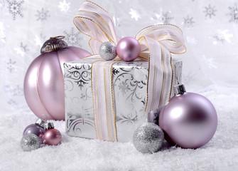 Geschenk mit Dekokugeln