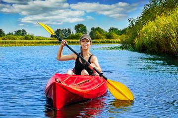 Frau paddelt auf dem Fluß 9