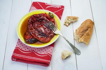Pimientos rojos asados al horno sobre la mesa de la cocina