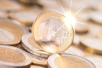 funkelnde Euromünze mit Münzgeld