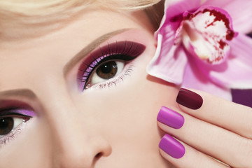 Бордовый  макияж и ногти.