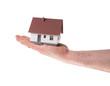 Hand hält ein kleines Haus