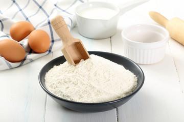 farina su sfondo bianco