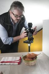 fotografo professionista che lavora in studio da still life