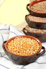cereali  mais in contenitore di ceramica