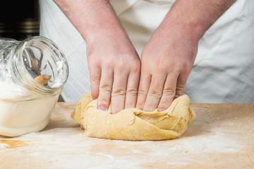 Mani che impastano l'impasto per la pasta all'uovo