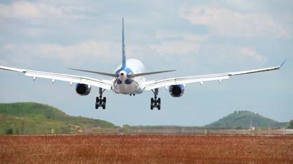 Посадка самолета на взлетную полосу. Пхукет. Таиланд