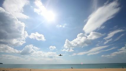 Посадка самолета над морем в аэропорту острова Пхукет. Таиланд