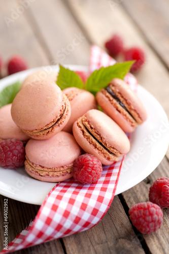 Macarons mit Himbeeren