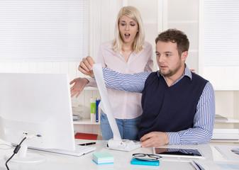 Schockierte Geschäftsleute analysieren die Kosten