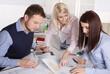 Besprechung: Arbeitskollegen besprechen ein Projekt