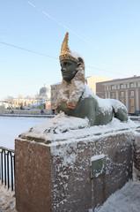 Заснеженная статуя сфинкса на Египетском мосту