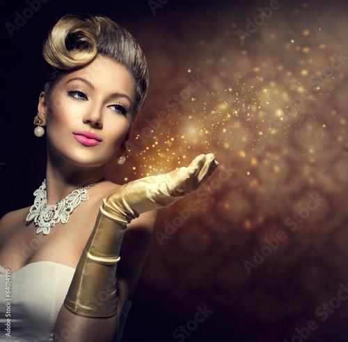 Retro kobieta z magią w jej ręce. Lady w stylu vintage