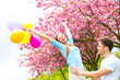aktives pärchen in der natur mit ballons