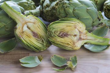 Alcachofas frescas en la mesa de la cocina